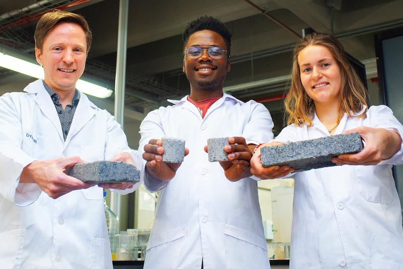 Doctor Dyllon Randall y lo estudiantes Vukheta Mukhari y Suzanne Lambert.