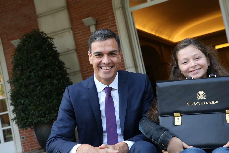 Pedro Sánchez e Irene, con la cartera de presidente, a las puertas de La Moncloa.