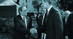Foto de archivo del Rey y Quim Torra estrechándose la mano