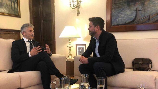 El ministro del Interior, Fernando Grande Marlaska, junto a José Miguel Cedillo, en la reunión celebrada en el ministerio.