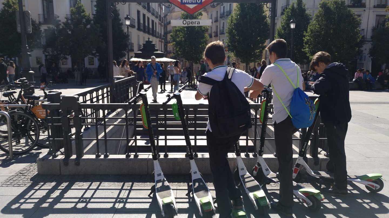 Varios usuarios de patinetes 'sharing' en el centro de Madrid.