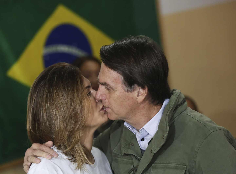 Jair Mesías Bolsonaro, el candidato ultraderechista, besa a su esposa Michele, tras votar en Río de Janeiro