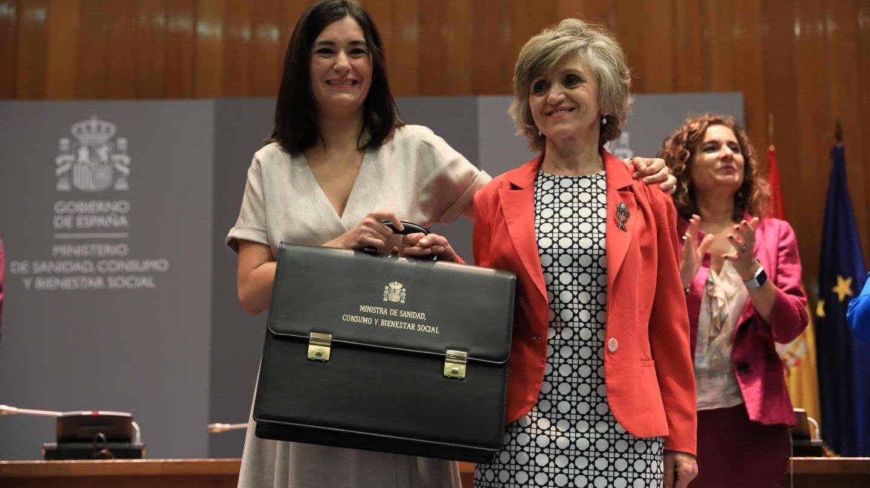 Carmen Montón, junto a su sucesora en Sanidad, María Luisa Carcedo.