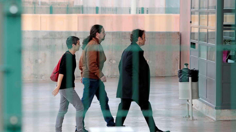 El líder de Podemos, Pablo Iglesias (c), acompañado por la diputada de En Comú Podem en el Congreso, Lucía Martín (i), y el teniente de alcalde en el Ayuntamiento de Barcelona, Jaume Asens (d), hoy a su llegada a la prisión de Lledoners (Barcelona) para reunirse con el exvicepresidente de la Generalitat y líder de ERC, Oriol Junqueras, una cita en la que previsiblemente se abordarán los Presupuestos Generales del Estado, la situación de Cataluña y la de los presos soberanistas