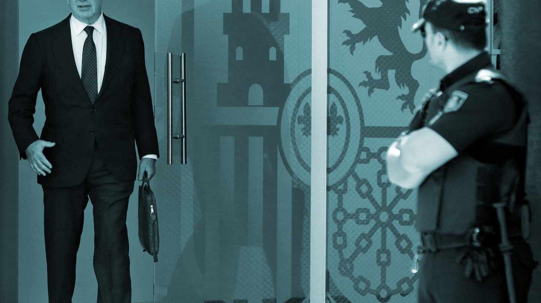 """Fotografía de archivo, tomada el 07/10/2016, del expresidente de Caja Madrid Rodrigo Rato a la salida de la Audiencia Nacional en San Fernando de Henares. El Tribunal Supremo ha confirmado hoy la pena de cuatro años y medio de prisión impuesta por la Audiencia Nacional a Rato por apropiación indebida continuada en el caso de las tarjetas """"black"""" de la entidad."""