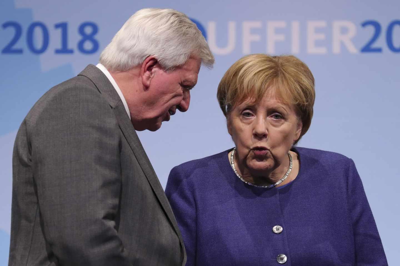 Volker Bouffier, jefe del goiberno de Hesse, de la CDU, junto a la canciller Angela Merkel, en campaña electoral.