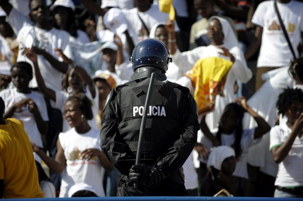 Un policía angoleño, durante una manifestación.
