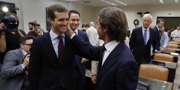 Casado junto a Aznar el día que el ex presidente fue a declarar ante la comisión que investiga la financiación del PP