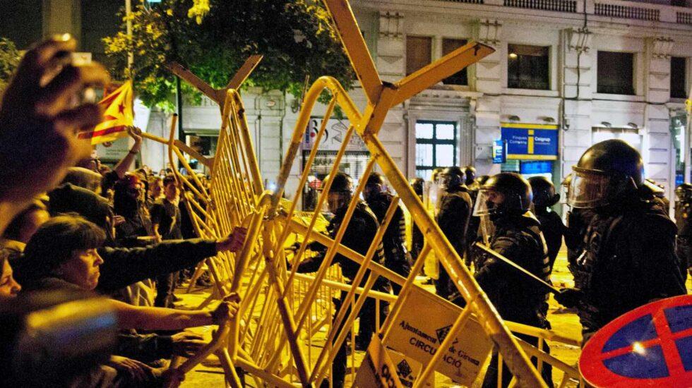 CDR intentan reventar las vallas de seguridad colocadas por los Mossos en Girona el pasado 1 de octubre.