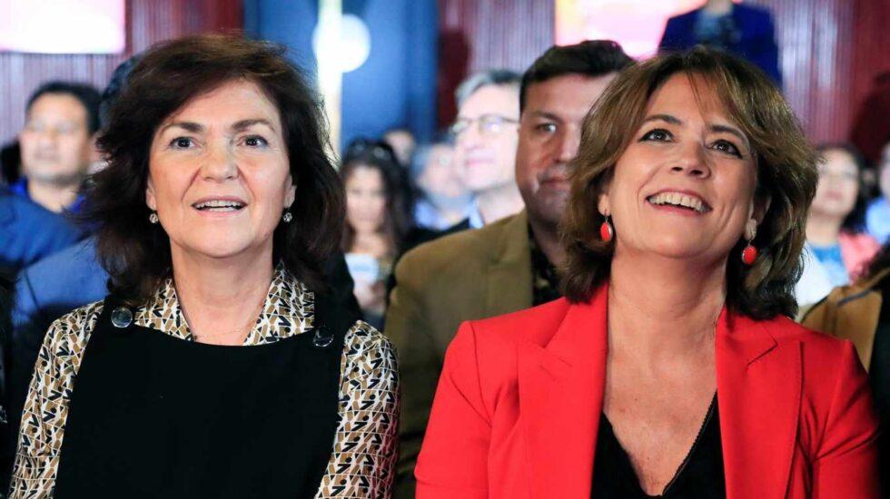 Carmen Calvo y Dolores Delgado, durante la entrega de unos premios literarios.