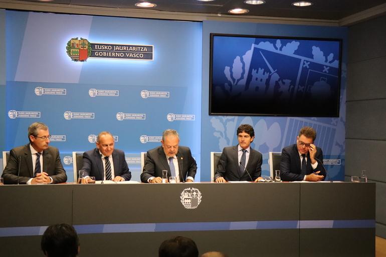 El consejero de Economía, Pedro Azpiazu, junto a los tres diputados generales y el presidente de Eudel.