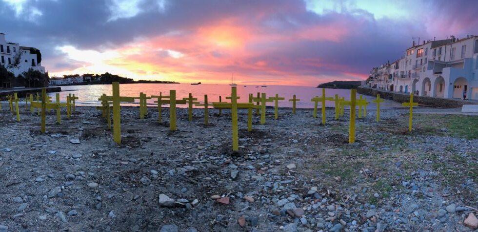 Cruces en apoyo a los presos independentistas en la playa de Cadaqués, Girona.