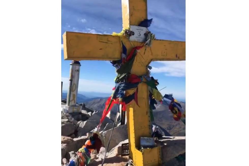 La cruz del Aneto, pintada de amarillo.