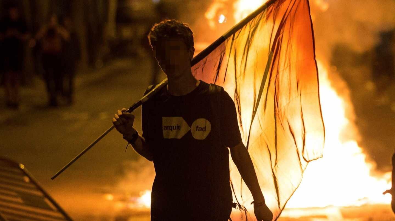 Un manifestante, durante los disturbios que se vivieron en el centro de Barcelona tras finalizar las movilizaciones convocadas por la ANC, Òmnium y los CDR.