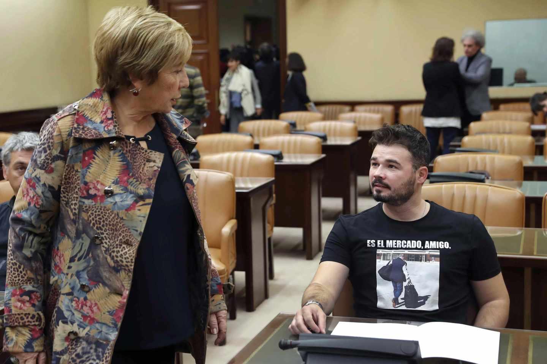Celia Villalobos y Gabriel Rufián, vestido con una camiseta que muestra a Rodrigo Rato entrando en prisión, antes de la comparecencia de Ángel Acebes.