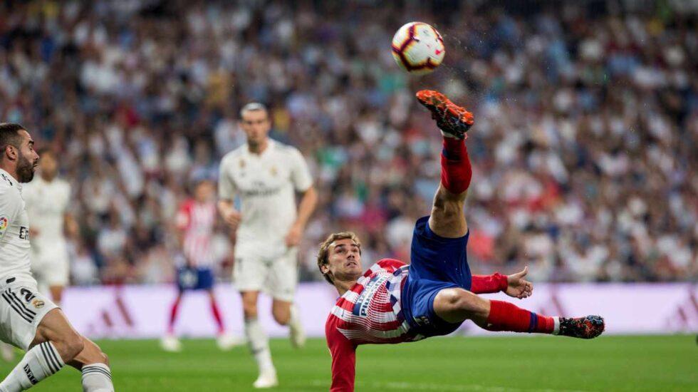 El jugador del Atlético de Madrid Antoine Griezmann remata un balón en el partido frente al Real Madrid.
