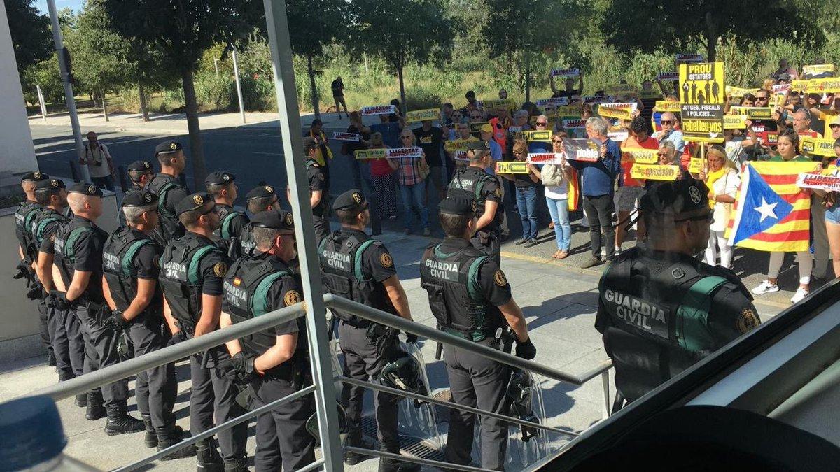 Agentes de la Guardia Civil, frente a los manifestantes concentrados a las puertas de la comandancia de Tarragona.