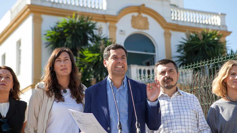 Juanma Moreno, en las puertas del Don Angelo en Sevilla.