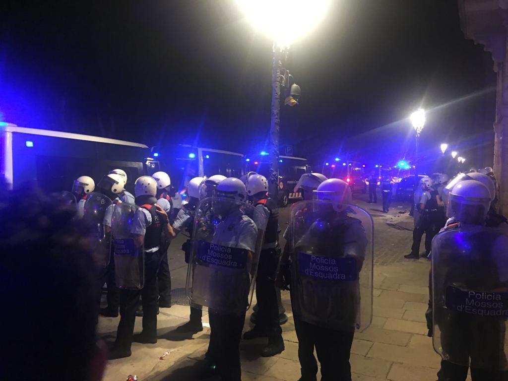 Los Mossos d'Esquadra, a las puertas del Parlament tras cargar contra los radicales que intentaban asaltarlo.