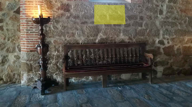 Entrada al Parador de Plasencia, donde se ubicaba la placa (justo encima del banco) con el nombre de Rodrigo Rato.