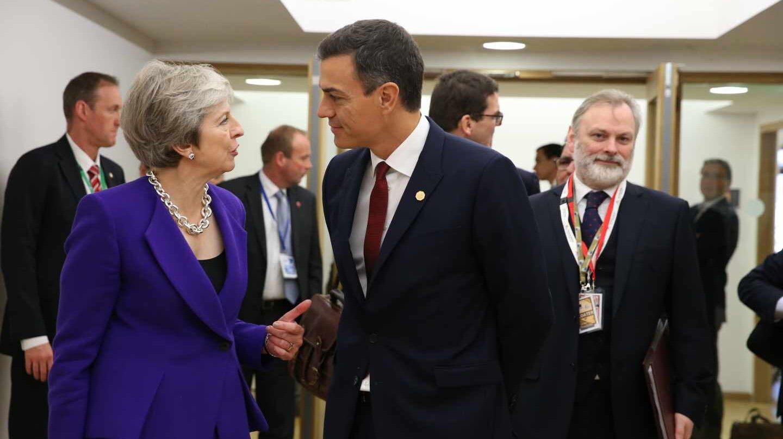Pedro Sánchez saluda a Theresa May durante una cumbre europea.