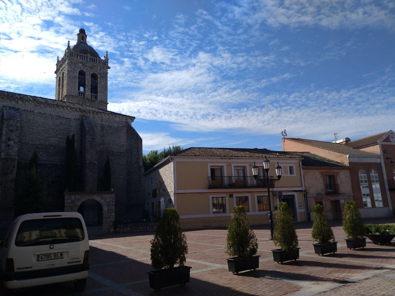 Plaza Mayor de Aldeamayor, con la soberbia Iglesia de San Martín de Tours a la izquierda.