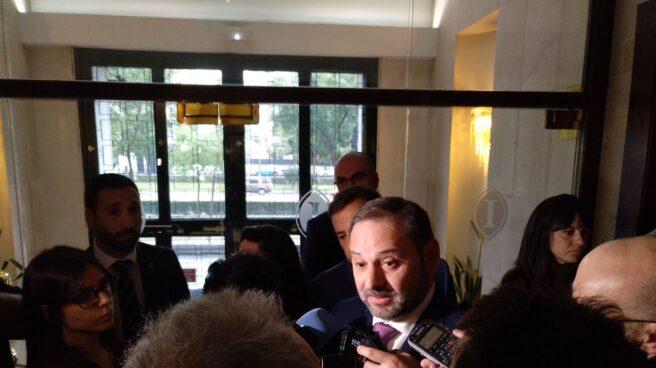 El ministro de Fomento comparece a la salida del Hotel Intercontinental de Madrid.
