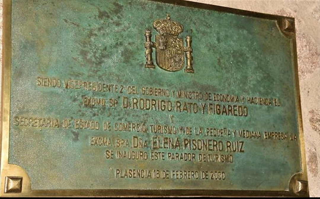 Detalle de la placa con el nombre de Rodrigo Rato.