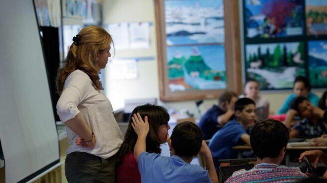 Profesora dando clase en un aula.