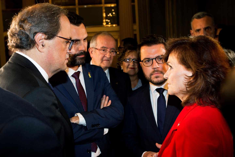Quim Torra, Roger Torrent y Pere Aragonés charlan con la vicepresidenta del Gobierno, Carmen Calvo.