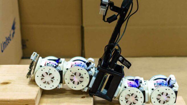 Robot que cambia su forma para adaptarse a unas escaleras
