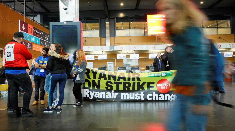 Empleados de Ryanair se manifiestan en el aeropuerto belga de Charleroi.