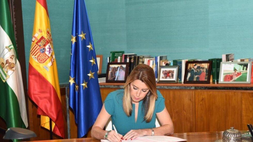 Susana Díaz firma el decreto de convocatoria de elecciones.