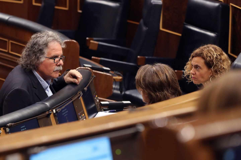 Joan Tardà conversa con las ministras Batet y Delgado.