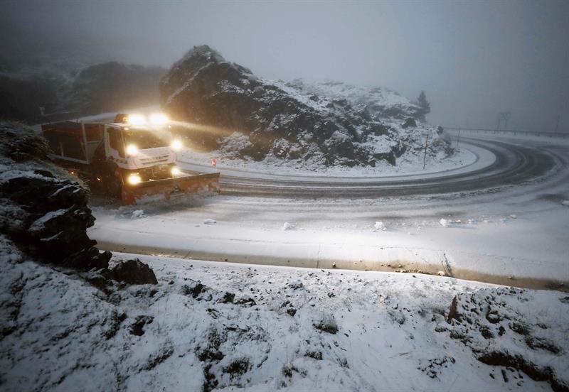 Un camión quitanieves despeja la NA-137 en el puerto de Belagoa, donde las carreteras se han visto cubiertas de nieve en el primer temporal de invierno.