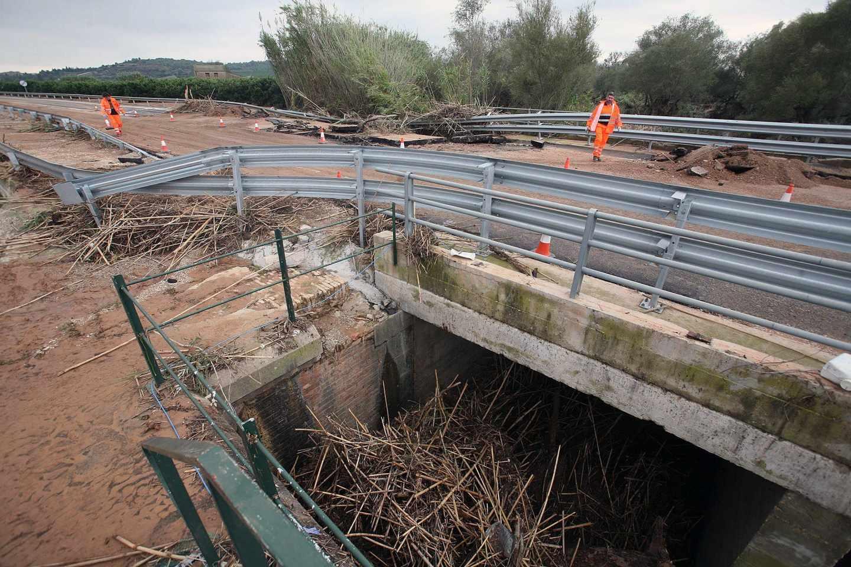 Vista de un tramo de la carretera C-12 entre Amosta y Tortosa afectado por los efectos del temporal sufrido en la zona