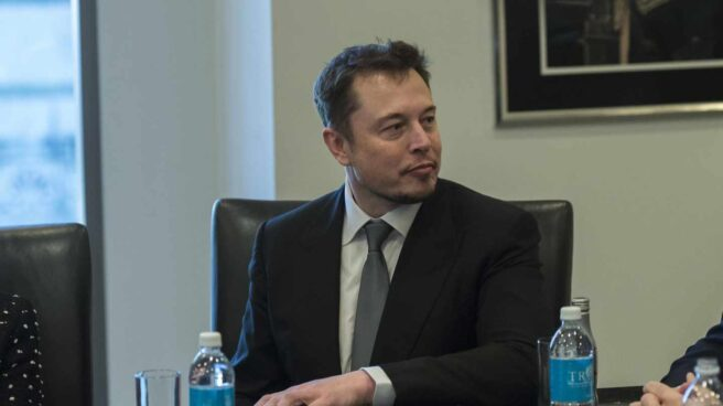 Tesla se dispara más del 15% en bolsa tras la salida de Musk de su presidencia.