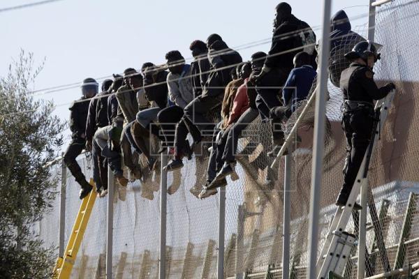 Imagen de subsaharianos subidos a la valla de Melilla
