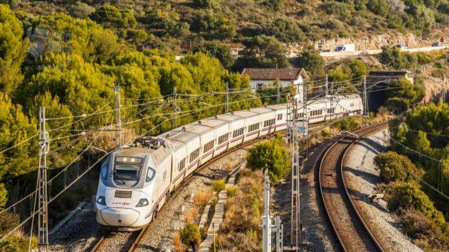 Talgo Euromed 130 en la comarca del Garraf, Barcelona. Este tren va de Cartagena a Barcelona.