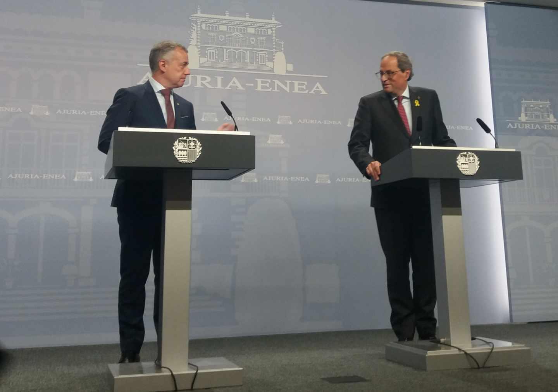 El lehendakari Urkullu y Torra poco antes del inicio de su comparecencia hoy en Vitoria.