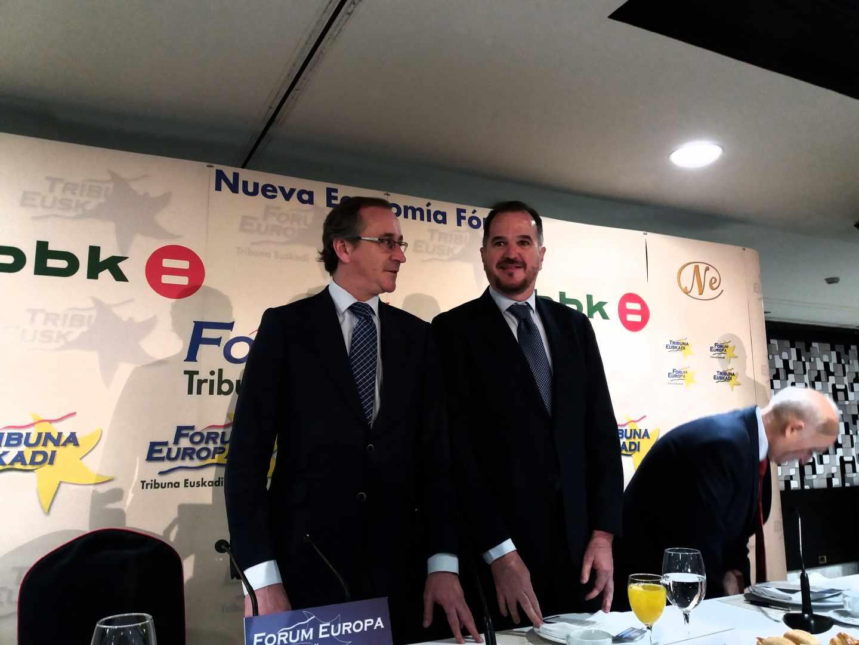 El presidente del PP vasco, Alfonso Alonso, junto a Carlos Iturgaiz, durante su intervención está mañana en Bilbao.