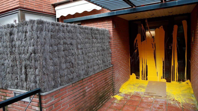 La vivienda de Pablo Llarena pintada de amarillo.