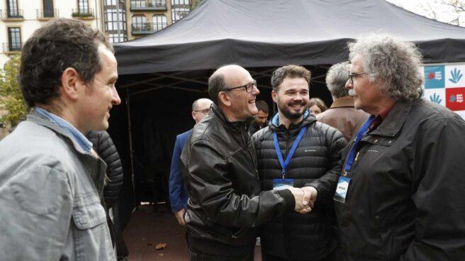Joan Tardá y Gabriel Rufián saludan a un diputado del PNV y a los organizadores de la consulta de 'Gure Esku Dago'.