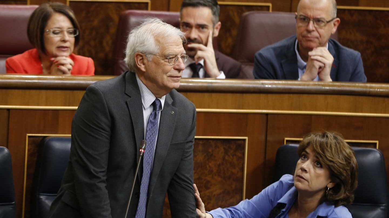 El ministro de Asuntos Exteriores Josep Borrell y la ministra de Justicia Dolores Delgado, durante la sesión de control.