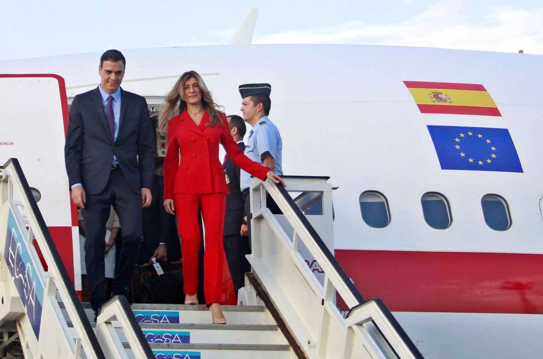 Pedro Sánchez y su mujer, Begoña Gómez, descendiendo del airbus presidencial a su llegada a Cuba.