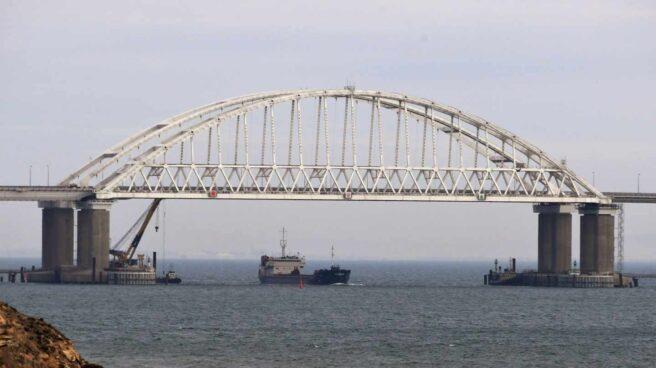 Vista de un puente sobre el estrecho de Kerch, que une Crimea y Rusia.