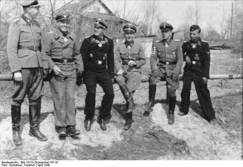Oficiales de las Waffen-SS, uno de los cuerpos del ejército nazi para los que Hugo Boss fabricó uniformes.