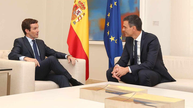 Pablo Casado y Pedro Sánchez, durante el encuentro que ambos mantuvieron en La Moncloa el pasado 2 de agosto.
