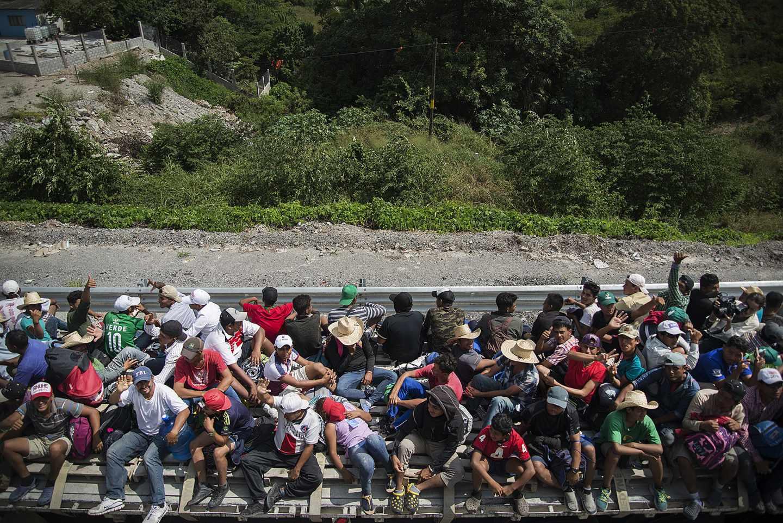 La principal caravana de migrantes, a su paso por Juchitán, en México
