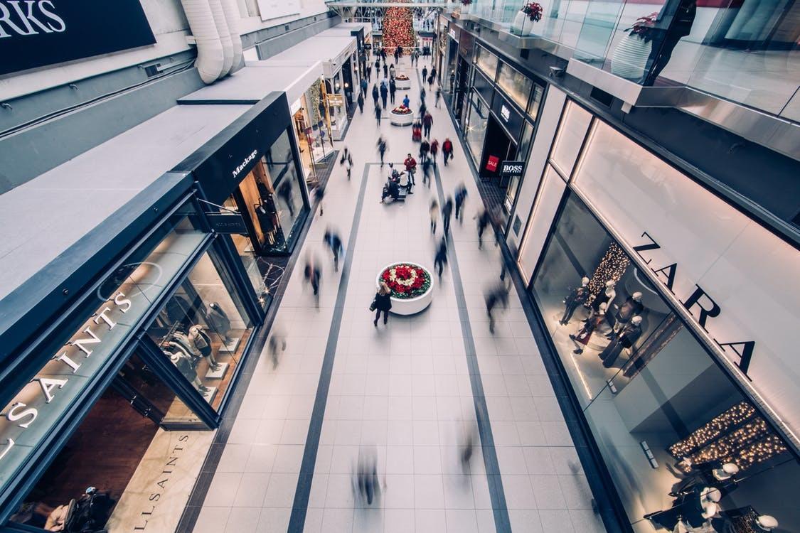 Tiendas de moda en un centro comercial.